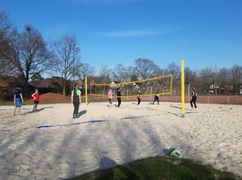 Volleyballer trainieren fleißig Outdoor!